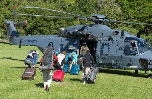 Militär hilft gestrandeten Touristen nach Erdbeben