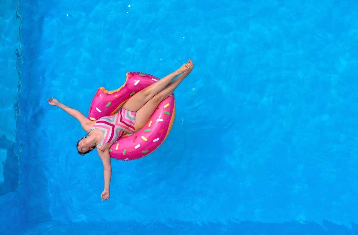 So klar ist ein Swimmingpool nicht immer: Wenn das Wasser grün ist, sollte man es dringend reinigen. Foto: imago images/MiS