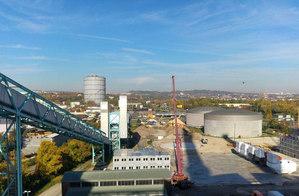 Die beiden großen alten Öltanks rechts und das Kohlelager weit dahinter werden ab 2019 nicht mehr benötigt. Foto: Jürgen Brand