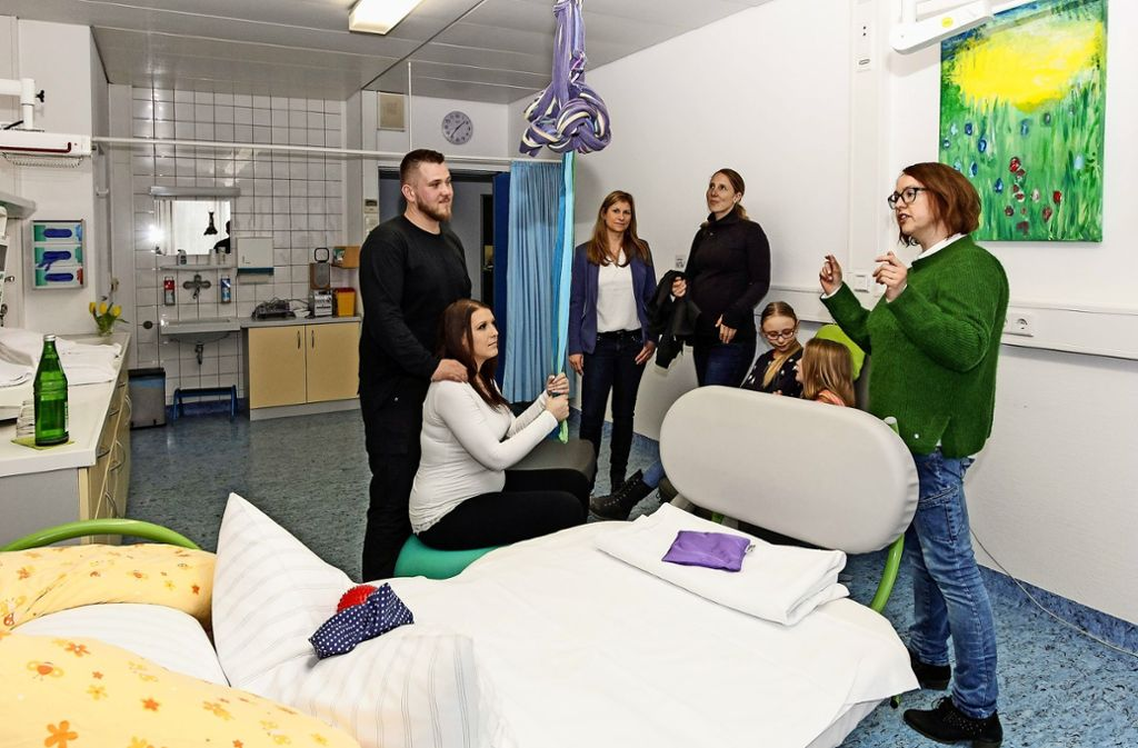 Eine Hebamme hat die werdenden Eltern über die verschiedenen Möglichkeiten zur Geburt im Leonberger Krankenhaus informiert. Foto: factum/Bach