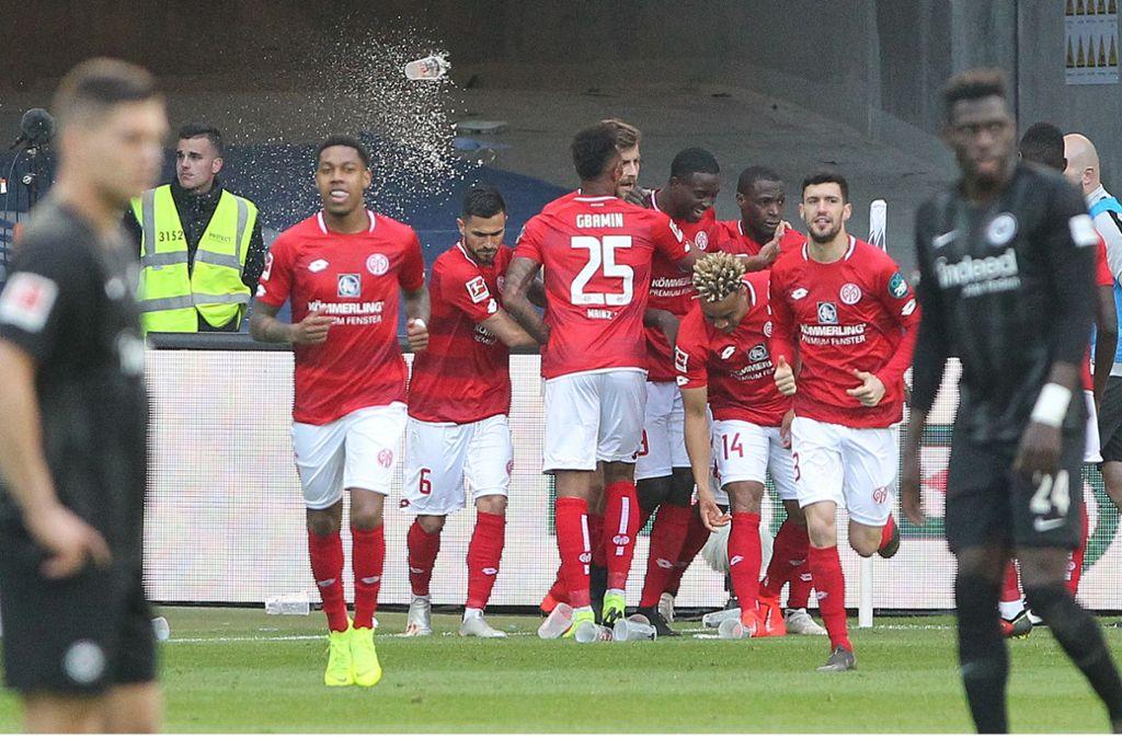 Die Mainzer jubeln über einen 2:0-Sieg in Frankfurt. Foto: AFP