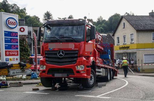 Lastwagen schleift Fußgänger 60 Meter weit mit