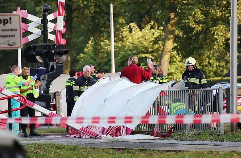 In den Niederlanden ist ein Zug an einem Bahnübergang in ein Lastenrad gerast und hat vier Kinder getötet. Foto: AP
