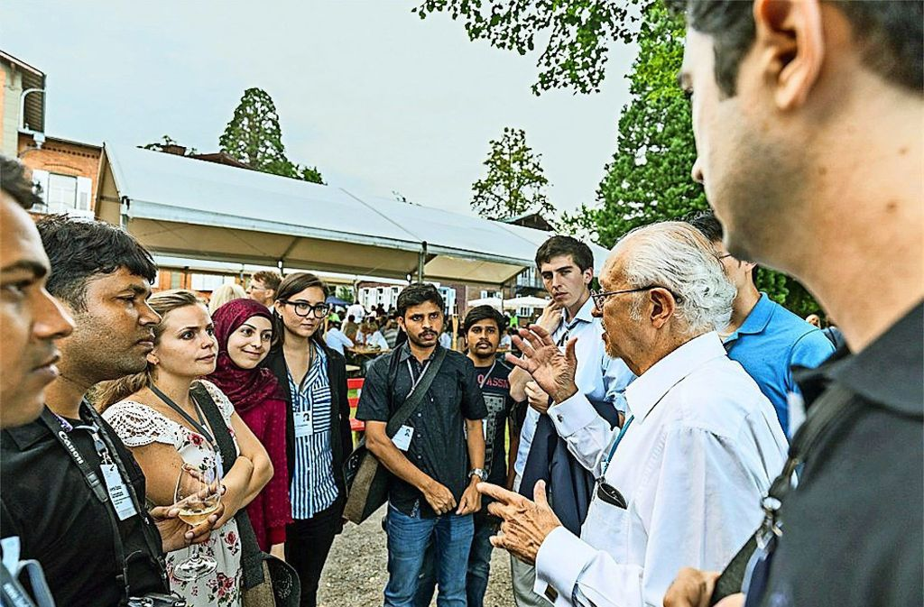 Nachwuchswissenschaftler im Gespräch mit dem Chemie-Nobelpreisträger Mario Molina in Lindau am Bodensee. Foto: Christian Flemming/Lindau Nobel Laureate Meetings