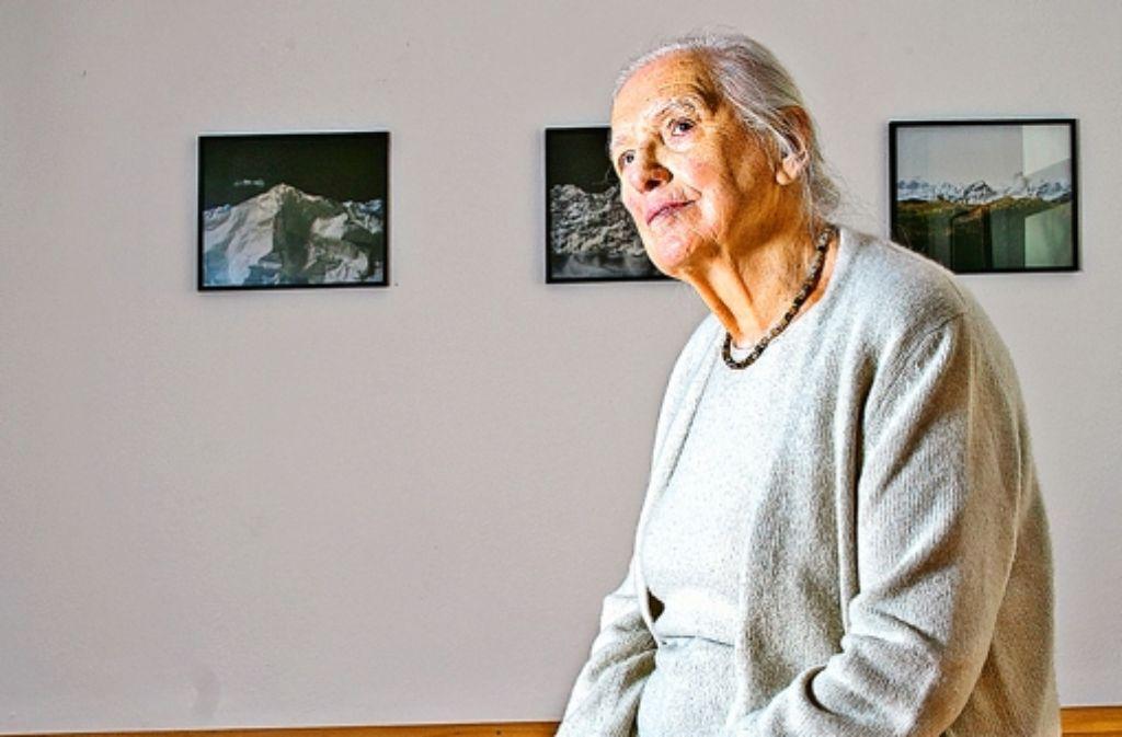 Hildegard Ruoff  hält in der Nürtinger Villa Pfänder Foto: Horst Rudel