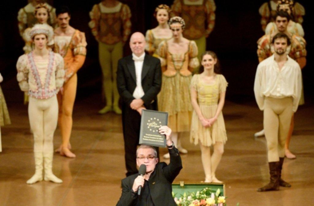Reid Anderson, der Intendant des Stuttgarter Balletts, mit der Urkunde des europäischen Tanz-Kulturpreises. Foto: dpa