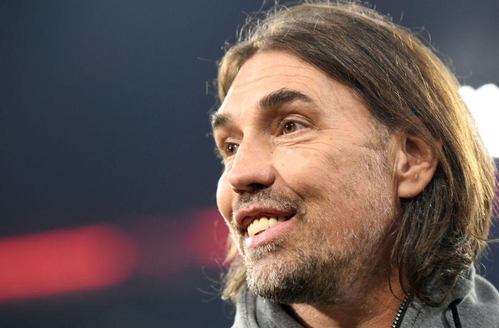 Martin Schmidt vom FC Augsburg trägt gerne längere Haare. Foto: dpa/Peter Kneffel