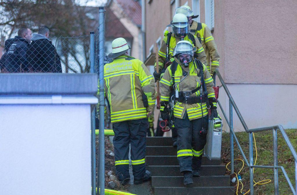 Unter Atemschutz drangen die Einsatzkräfte in die Wohnung ein. Foto: 7aktuell.de/Daniel Jüptner