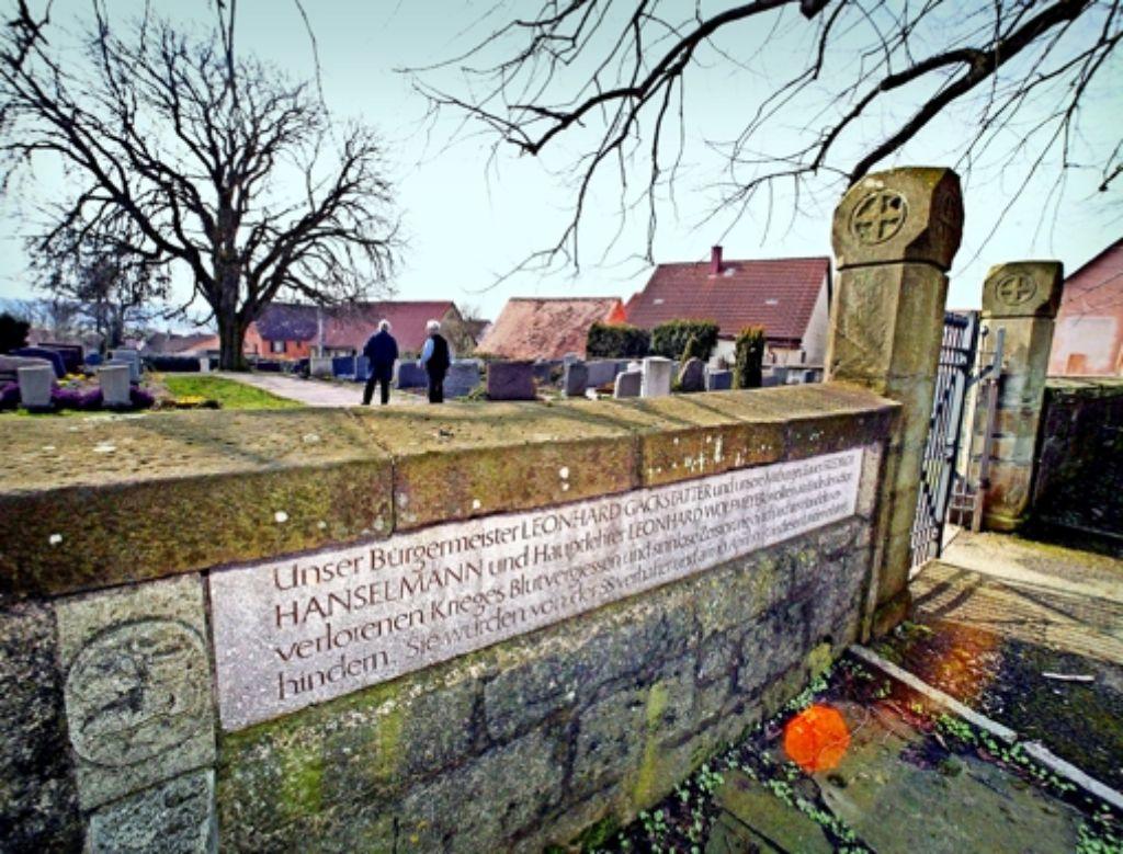Der Gedenkstein  am  Friedhof von Brettheim   erinnert er an drei Bürger, die im April 1945 von der SS hingerichtet wurden. Foto: dpa
