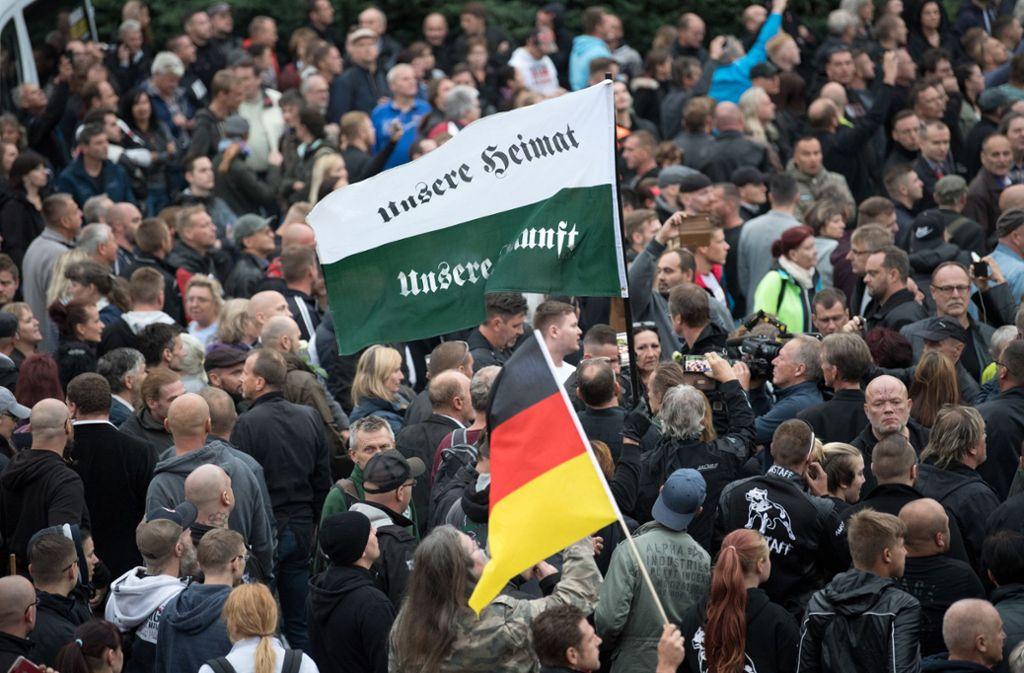 Eine Pegida-Kundgebung: Bei den Demonstrationen haben sich Rechtsextreme gefunden und radikalisiert. Foto: picture alliance/dpa/Ralf Hirschberger