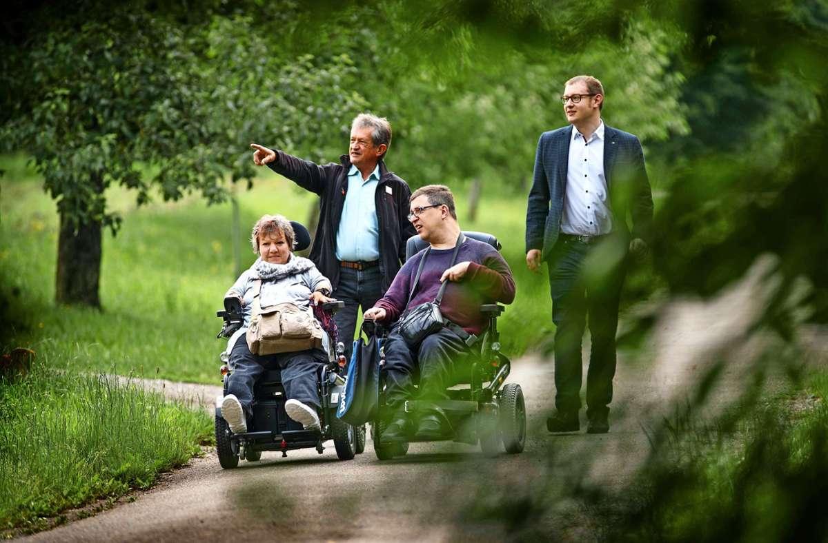 Die inklusiven Wanderbotschafter Ines Vorberg und Simon Maier sind mit dem Naturpark-Geschäftsführer Bernd Drixler und dem Bürgermeister Maximilian Friedrich (rechts) auf Tour in Berglen. Foto: Gottfried Stoppel