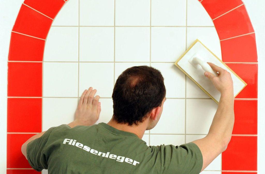 Fliesenleger in der Ausbildung: Wer in der Region Stuttgart einen Handwerker bestellt, der muss derzeit rund zehn Wochen auf die Ausführung warten. Ein Grund ist der Fachkräftemangel in der Region. Foto: dpa