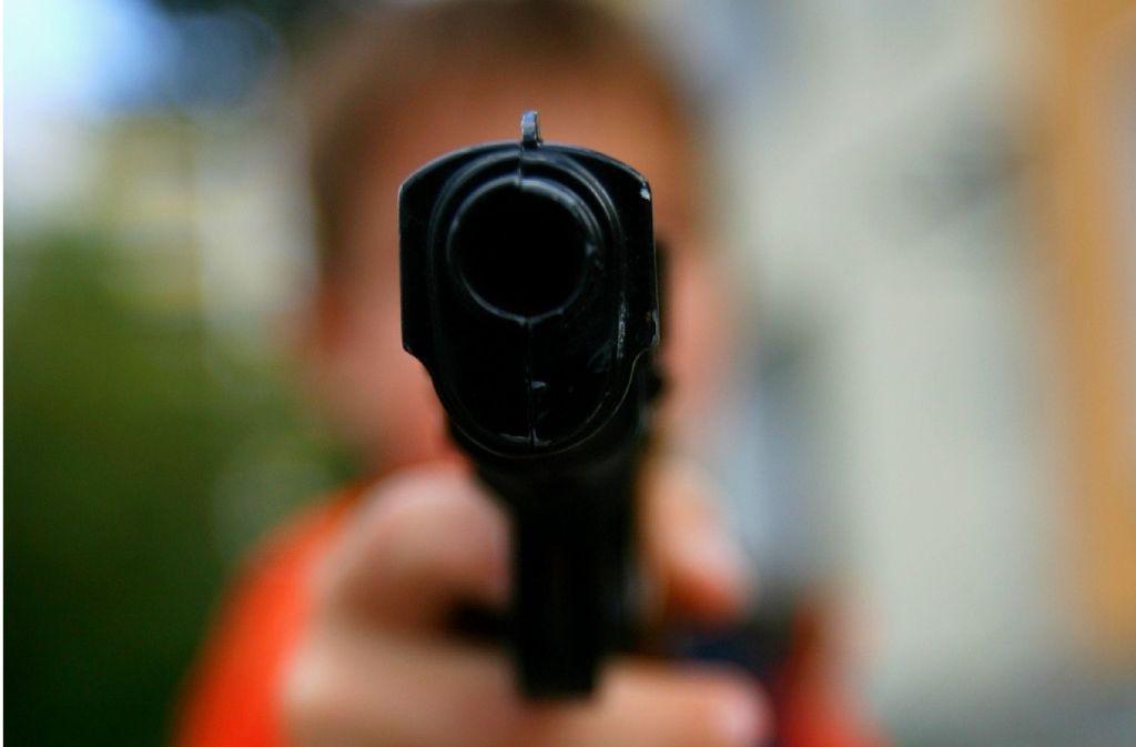 Der Mann aus Sindelfingen bedrohte seinen Nachbarn mit einer Schreckschusswaffe. Foto: dpa