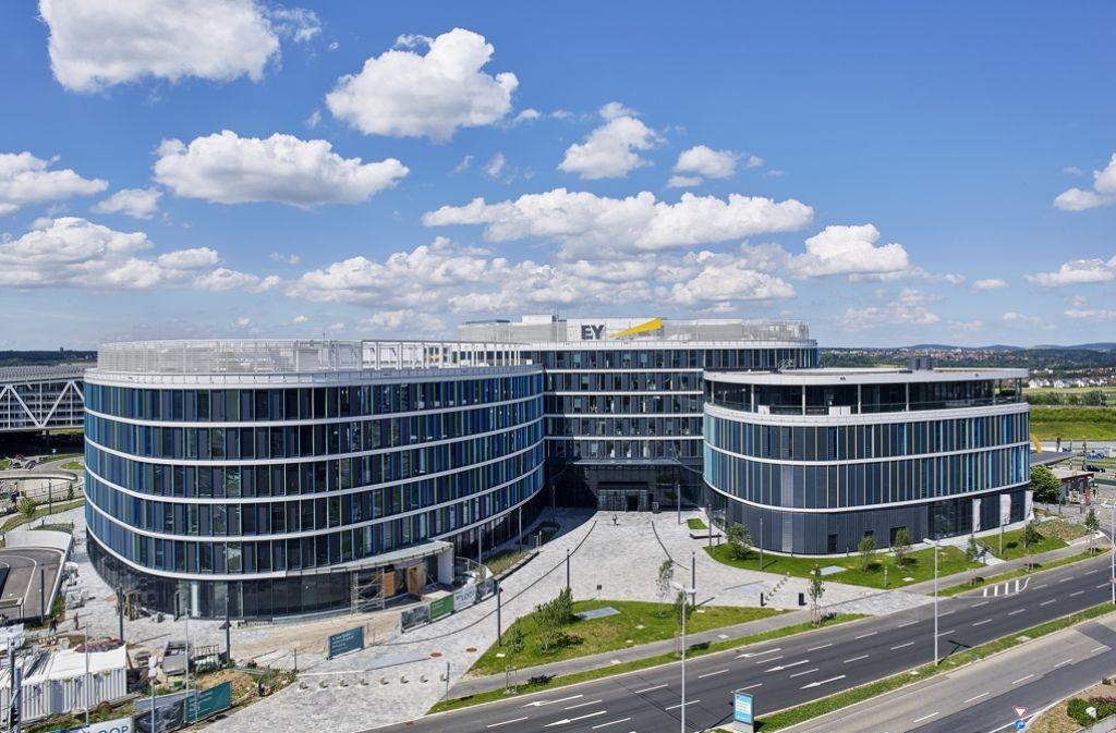 Das Beratungsunternehmen Ernst & Young, das seinen Sitz am Stuttgarter Flughafen hat, verstärkt mit einem Zukauf seine Aufstellung im Bereich Pharma und Biotech. Foto: EY / Rieger Photography