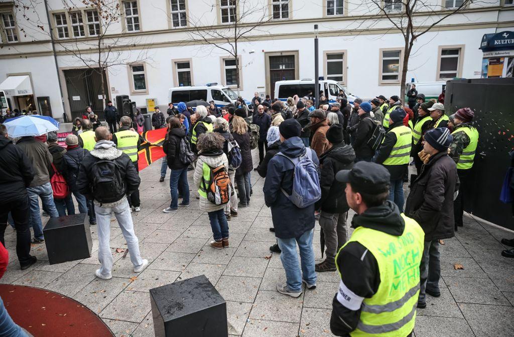Die Kungebungsteilnehmer ziehen sich in Anlehnung an die Gelbwesten in Frankreich Warnwesten an. Foto: Lichtgut/Julian Rettig