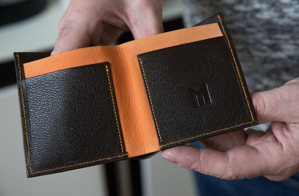 Geldbeutel fertigt Mayer an. Verkauft werden die Sachen vor Ort in Dettingen/Teck und auf Messen.  Foto: Ines Rudel
