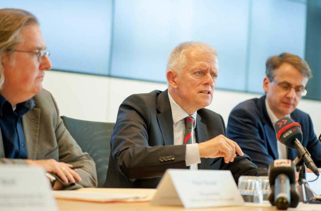 Peter Pätzold (von links), Fritz Kuhn und Michael Föll verkünden das Ergebnis. Foto: Lichtgut/Leif Piechowski