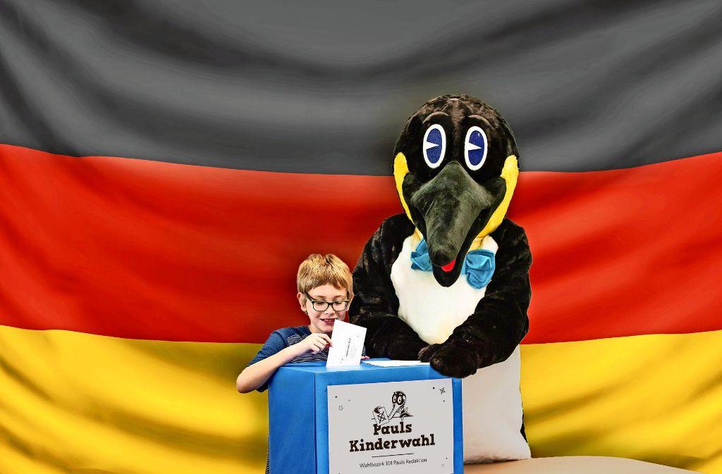 Lukas (10) gibt den Startschuss für Pauls Kinderwahl. Foto: Lichtgut/Max Kovalenko