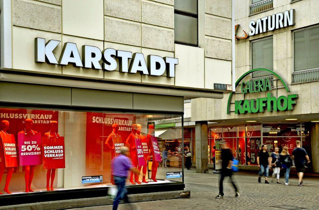 Bundesweit soll es etwa 60 gemeinsame Standorte von Karstadt und Kaufhof geben (wie hier in Trier)  – dort sind die Befürchtungen der Belegschaften besonders groß. Foto: dpa