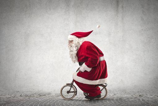 Jetzt aber schnell: selbst den Weihnachtsmann hat das Fahrrad-Fieber gepackt.