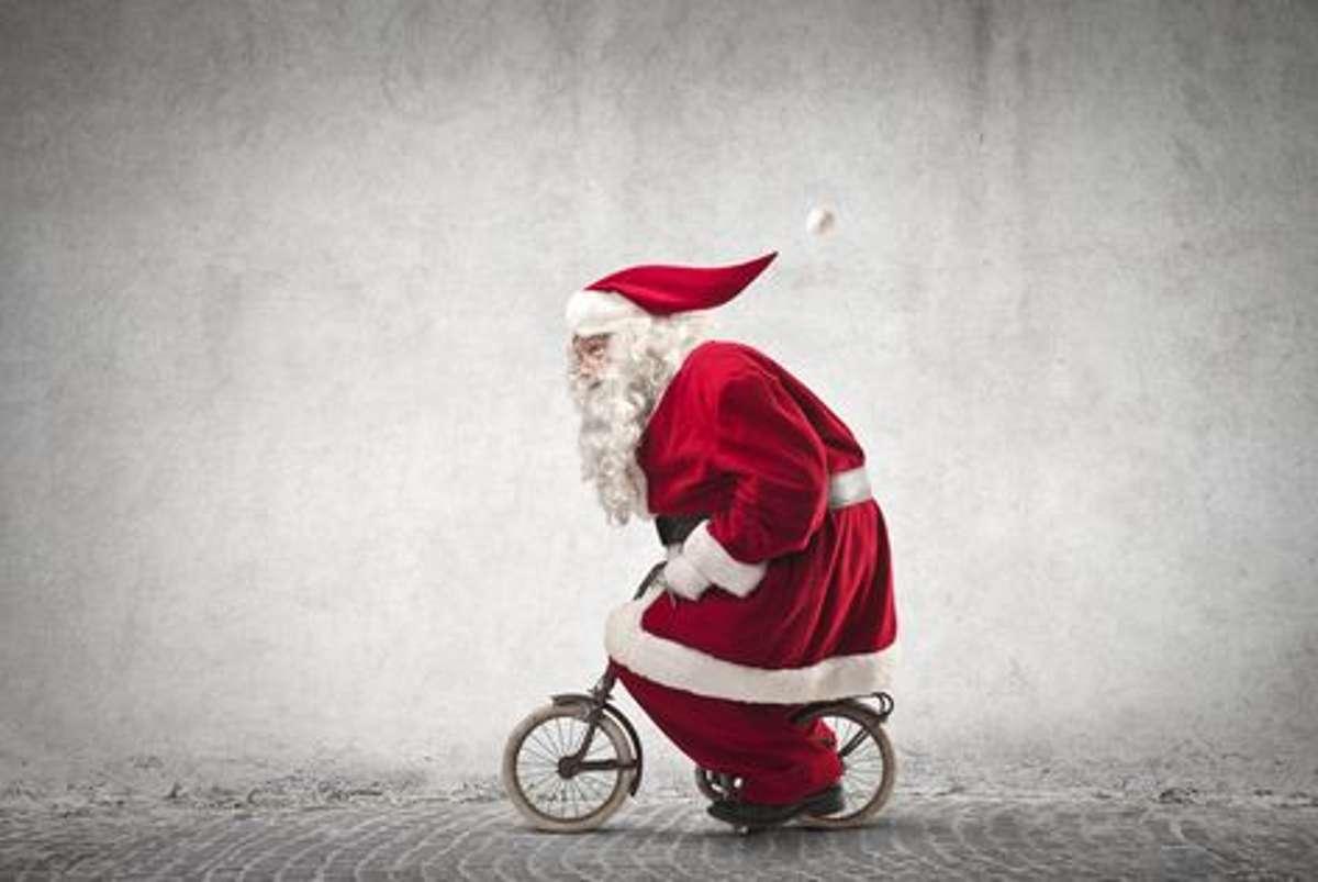 Jetzt aber schnell: selbst den Weihnachtsmann hat das Fahrrad-Fieber gepackt. Foto: Shutterstock/Ollyy