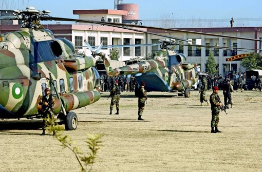 Pakistanische Soldaten sichern die Badshah Khan Universität im Norden des Landes, in der sich der Terrorakt ereignete. Foto: dpa