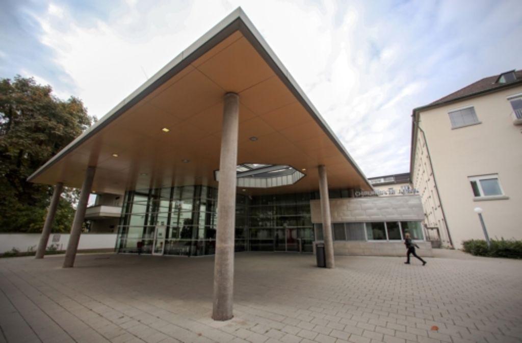 Haupteingang der Chirurgischen Klinik in Heidelberg – die Leitung gab nun manipulationen ihrer Ärzte bei Herztransplantationen zu Foto: dpa