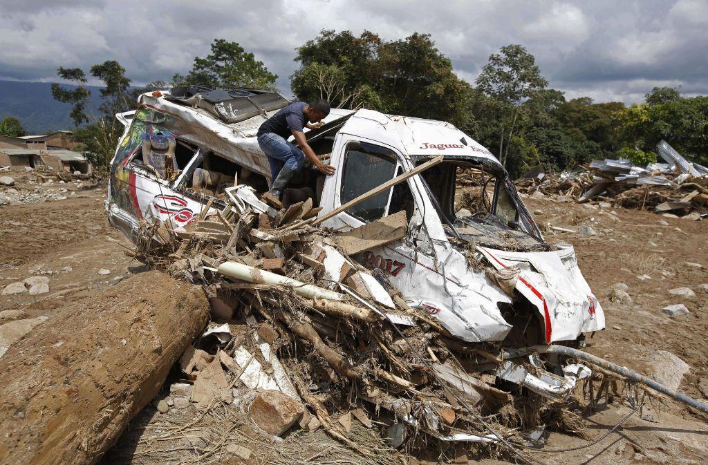 Die Schlammlawine hat in der Stadt Mocoa einen Bus zerstört. Foto: AP