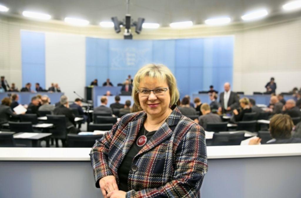 Die Göppingerin Jutta Schiller, die das Mandat von Vorgänger Dietrich Birk übernommen hat,  lebt sich an ihrer neuen Wirkungsstätte im Landtag schon mal ein. Foto: Horst Rudel