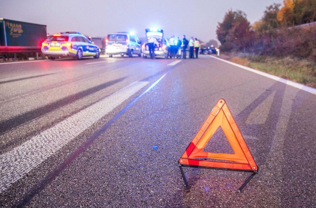 Ob das Warndreieck nach der Panne oder erst nach dem tödlichen Unfall in Schorndorf aufgestellt wurde, ist Gegenstand der Ermittlungen. Foto: SDMG