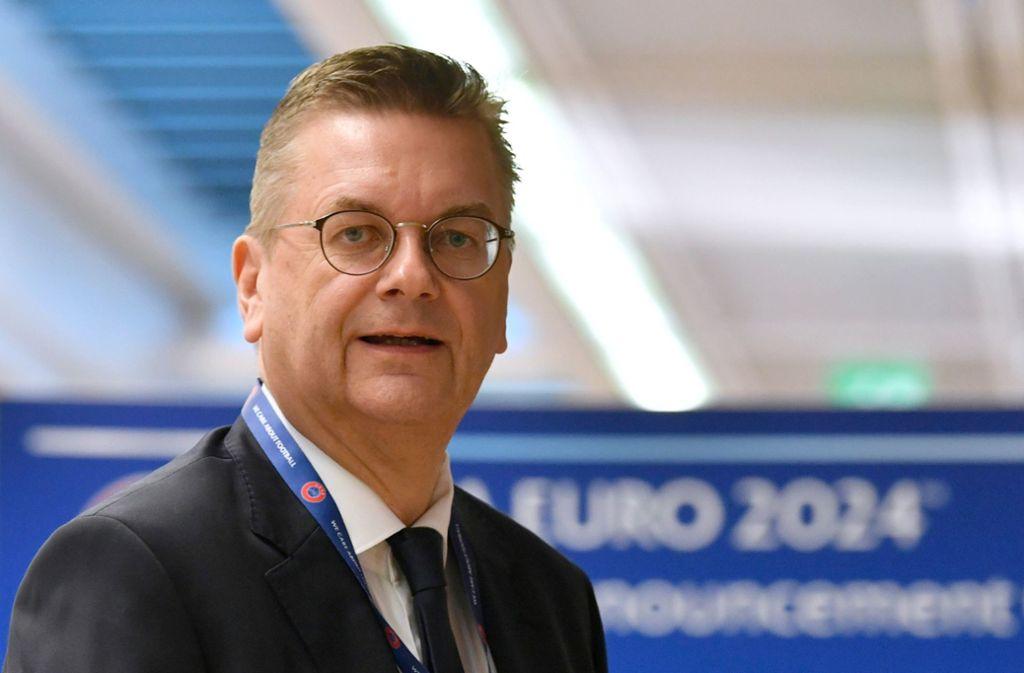 DFB-Präsident Reinhard Grindel: endlich ein Erfolgserlebnis Foto: dpa