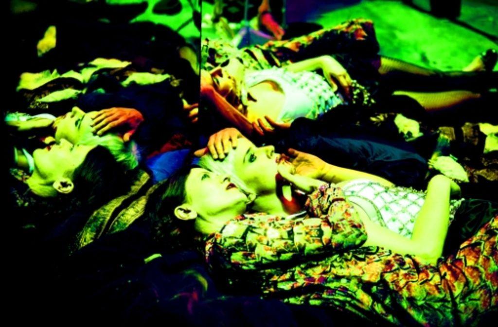 Verspiegelt ohne Ende: Astrid Meyerfeldt als Caligula (vorne) und Sandra Gerling als Scipio Foto: Schauspiel