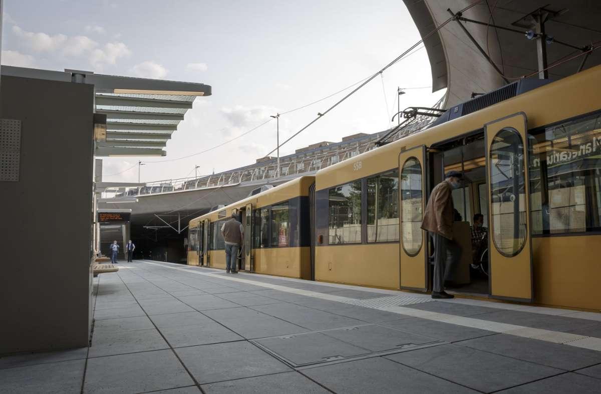 Am Samstagmorgen wurde mit der ersten Bahn die neue Haltestelle Staatsgalerie eingefahren. Foto: Lichtgut/Julian Rettig
