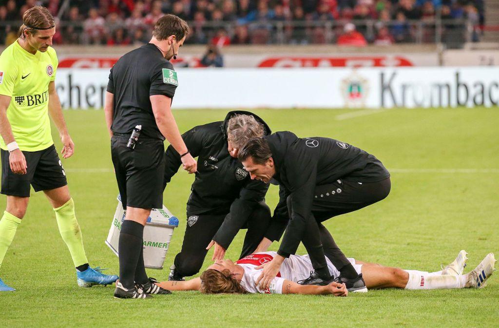 Borna Sosa vom VfB Stuttgart ist nach dem Foul des Wiesbadeners Chato (nicht im Bild) für einige Sekunden bewusstlos. Foto: Baumann