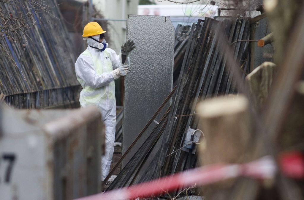 Es tut sich etwas an der Fuchshofstraße: Besonders geschützte Arbeiter haben mit dem  Abriss  der asbestbelasteten Treibhäuser begonnen. Foto: factum/Granville