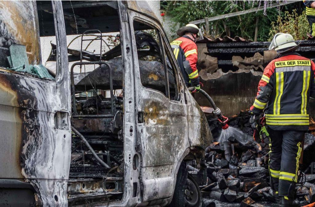 Der Brand eines Transporters in Weil der Stadt greift auf ein Nachbargebäude über. Foto: SDMG