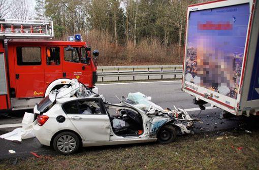 Junger Autofahrer kracht in Lkw – 23-Jähriger stirbt