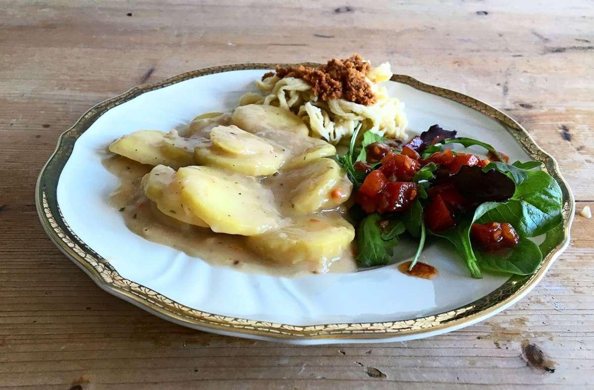 Saure Kartoffelrädle mit Spätzle und Salat. Wobei die in Butter angerösteten Semmelbrösel das Tüpfelchen auf dem i bedeuten für einen echten Schwaben. Foto: /Weier