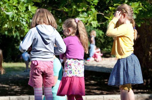Unbekannter befriedigt sich vor Kindern auf Spielplatz