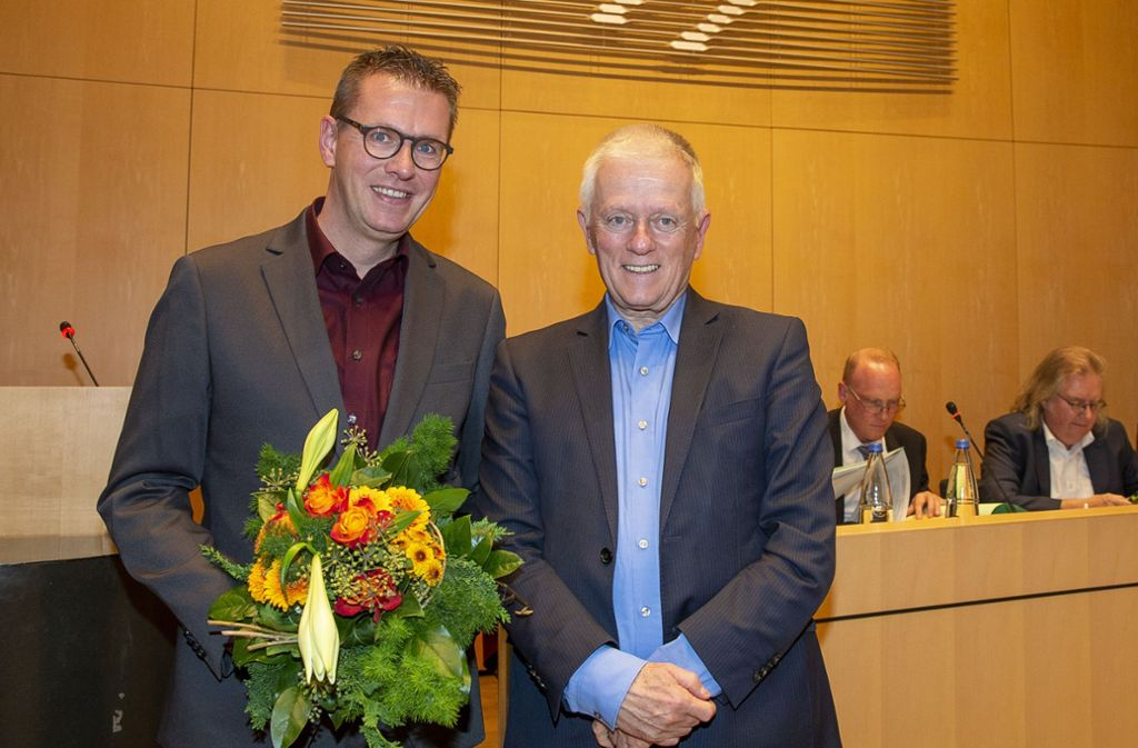 Marco-Oliver Luz (links) hat gut lachen: Der Gemeinderat wählte ihn – und OB Kuhn beschenkte ihn mit einem Blumenstrauß. Foto: Leif Piechowski/Leif Piechowski