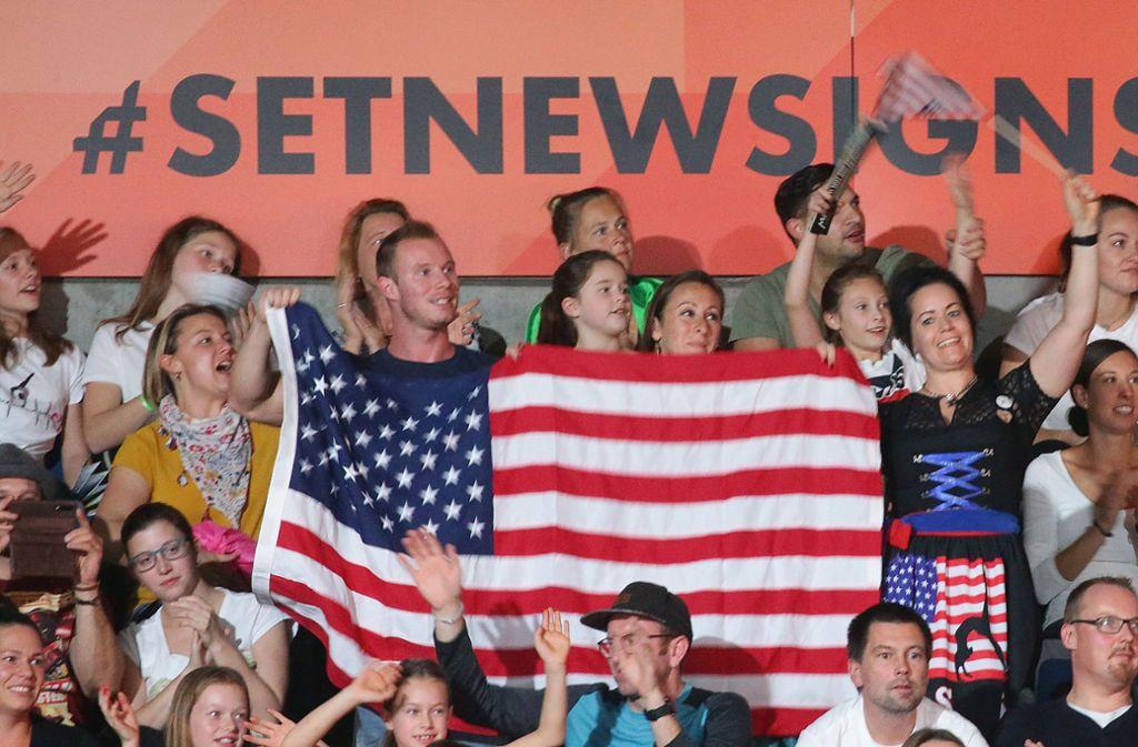 Auch die amerikanischen Fans machen in Stuttgart Stimmung. Foto: Baumann