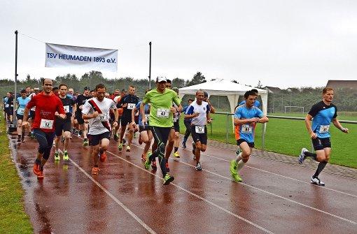 Läufer trotzen dem Regen