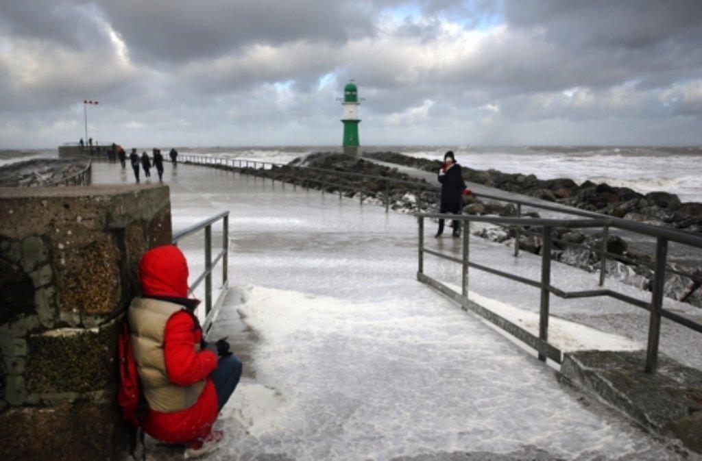 Bis das Wasser zurückgeht, wird es noch einige Zeit dauern: Xavers Nachwirkungen am Ostseebad Rostock-Warnemünde (Mecklenburg-Vorpommern). Foto: dpa