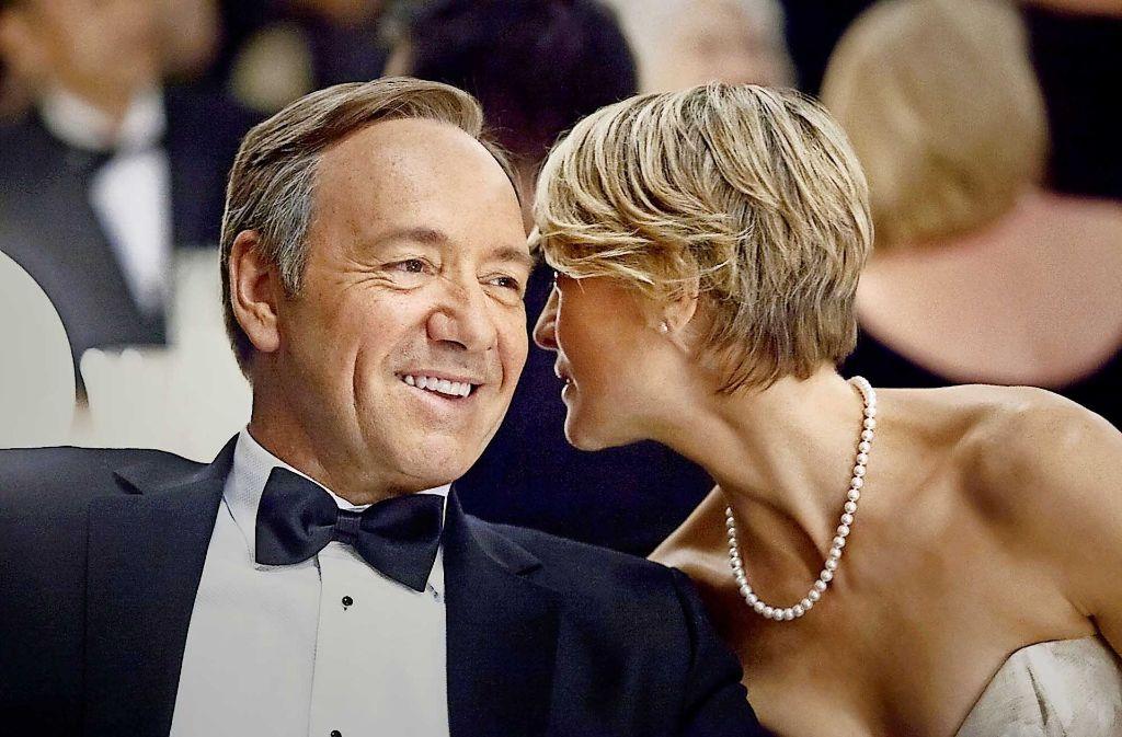 """Vielleicht flüstert Robin Wright ihrem Co-Star Kevin Spacey hier die US-Quoten von """"House Of Cards"""" zu – die bislang noch geheim sind. Foto: Sky"""