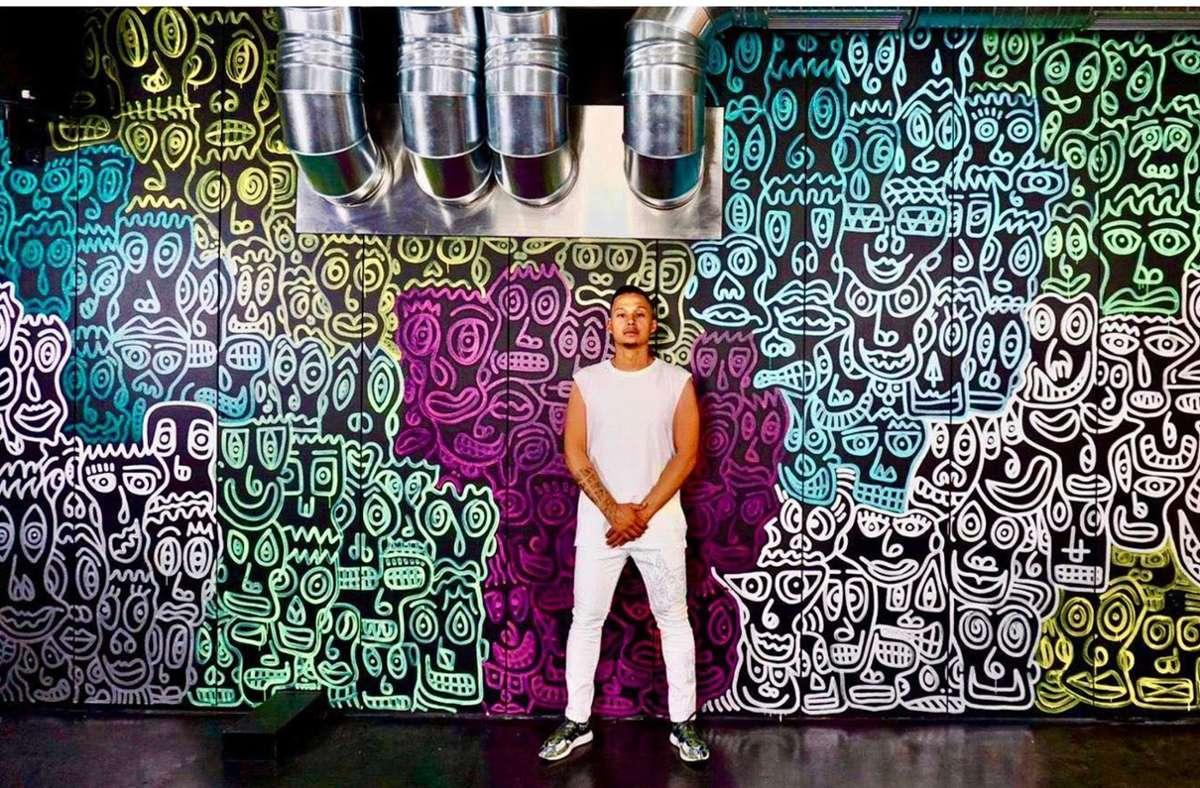 Romulo Kuranyi vor seinem Kunstwerk im Nice Club an der Theo Heuss. Foto: Waed Saad