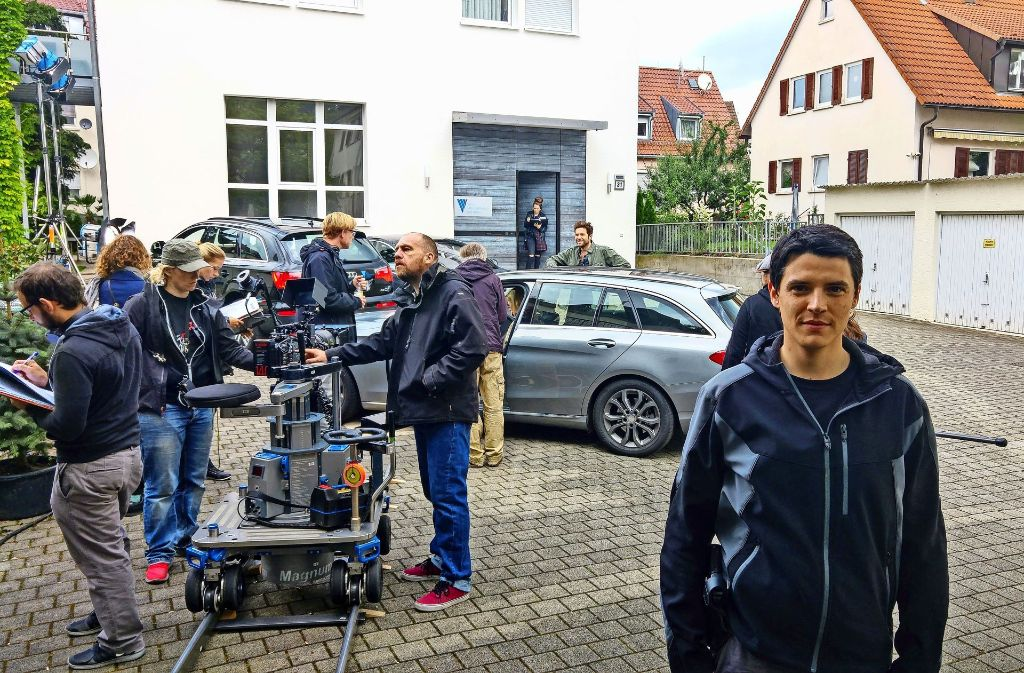 Benjamin Strecker beim Drehtag an der Schurwaldstraße in Gaisburg. Im Gebäude dahinter war einst die Elektromotoren-Werkstatt, die er als Kind schon besuchte. Foto: Jürgen Brand