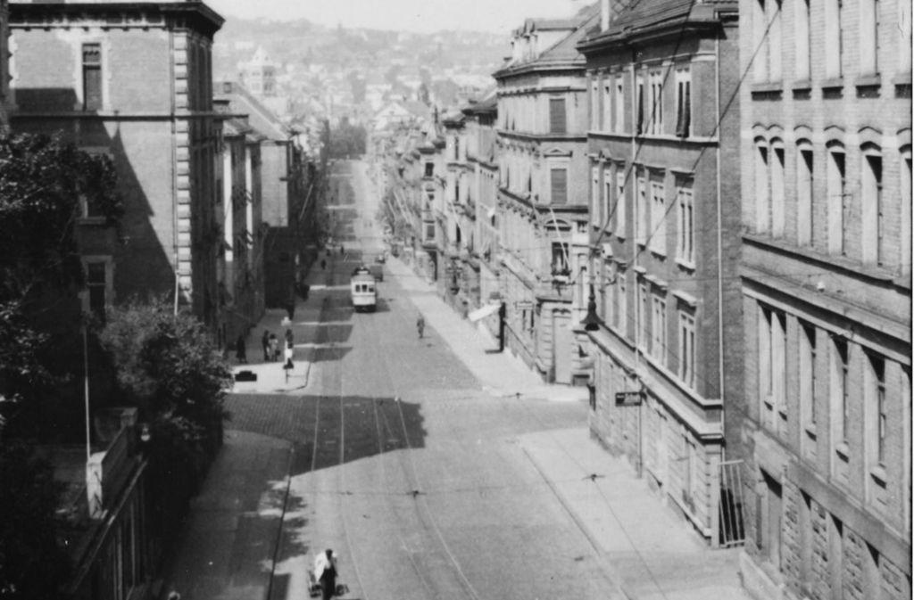 Der Blick oberhalb des Schwabtunnels in Richtung Bismarckplatz. In der folgenden Bildergalerie nehmen wir Sie mit auf einen Spaziergang durch die Schwabstraße 1942. Foto: Stadtarchiv Stuttgart
