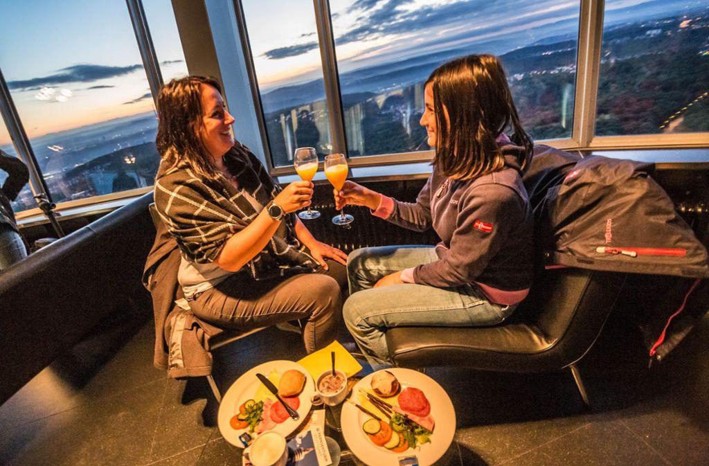 """Beim """"Fernsehturm für Frühaufsteher"""" gibt's zum Frühstück einen schönen Sonnenaufgang dazu. Foto: Lichtgut/Julian Rettig"""