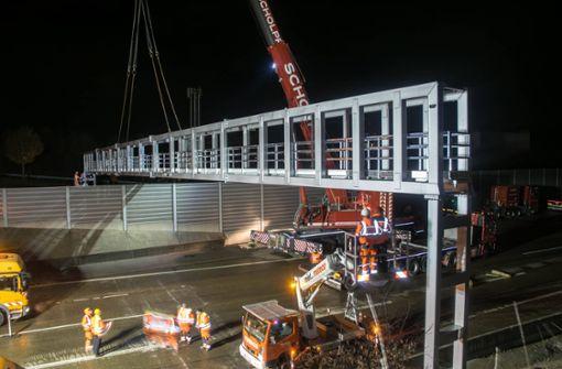 Mobiler Kran hebt tonnenschwere Brücke ein