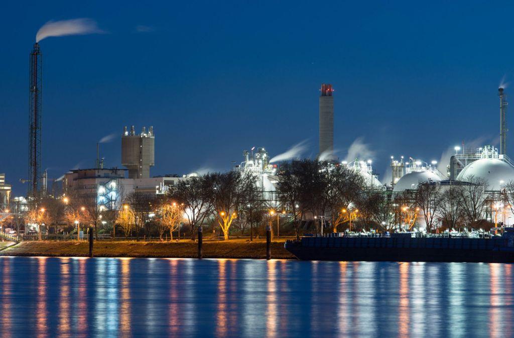 Chemiefabriken – hier das BASF-Stammwerk – in Ludwigshafen sollen künftig deutlich weniger Treibhausgase ausstoßen. Foto: dpa/Uwe Anspach